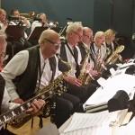 En gitarist och saxofoner - alla fem