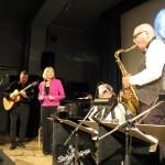 Palle Ericsson i ett av sina fantastiska solon, flankerad av Titti och Ehrling